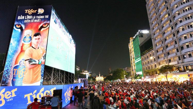 Người hâm mộ TP HCM vỡ òa trước chiến thắng Singapore - ảnh 1