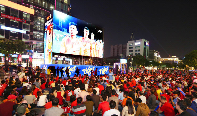 Người hâm mộ TP HCM vỡ òa trước chiến thắng Singapore - ảnh 2