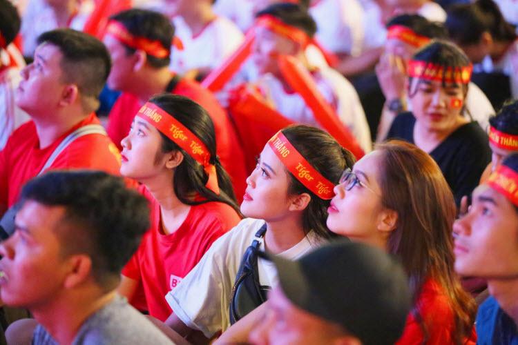 Người hâm mộ TP HCM vỡ òa trước chiến thắng Singapore - ảnh 5