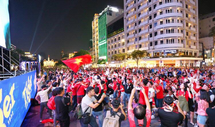 Người hâm mộ TP HCM vỡ òa trước chiến thắng Singapore - ảnh 6