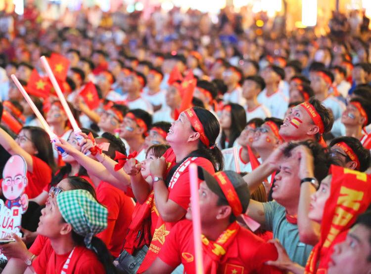Người hâm mộ TP HCM vỡ òa trước chiến thắng Singapore - ảnh 7