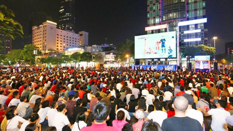 Người hâm mộ TP HCM vỡ òa trước chiến thắng Singapore - ảnh 8
