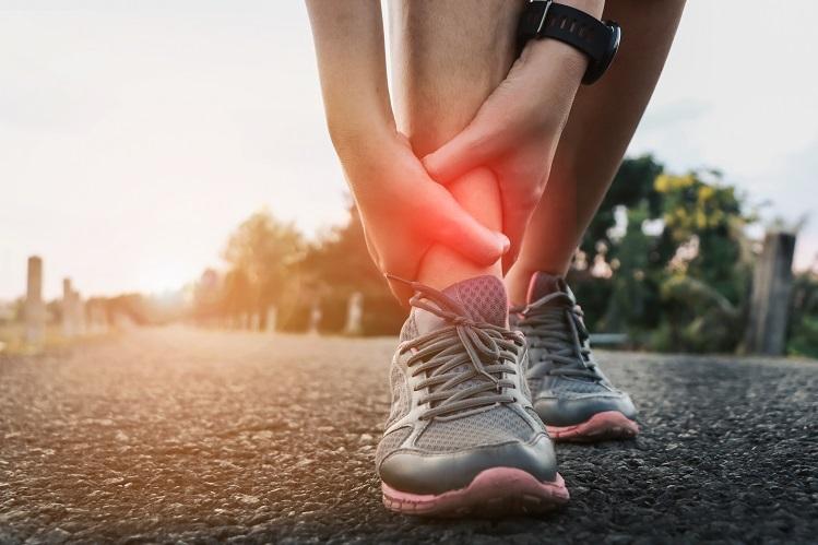 Nếu chân đang bị đau hoặc khó chịu, bạn nên ngừng chạy, chườm lạnh và đến gặp bác sĩ. Ảnh: Shutterstock.