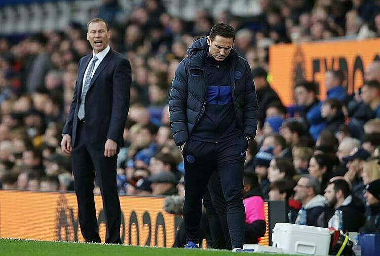 Lampard (phải) không hài lòng với các học trò. Ảnh: Reuters.