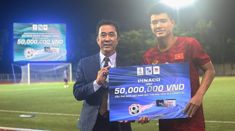 Phó Tổng giám đốcPinaco - Đào Ngọc Minh Tiến trao thưởng 50 triệu đồng cho Hà Đức Chinh - cầu thủ đội tuyển bóng đá nam Việt Nam ghi bàn đầu tiên trong đại hội.