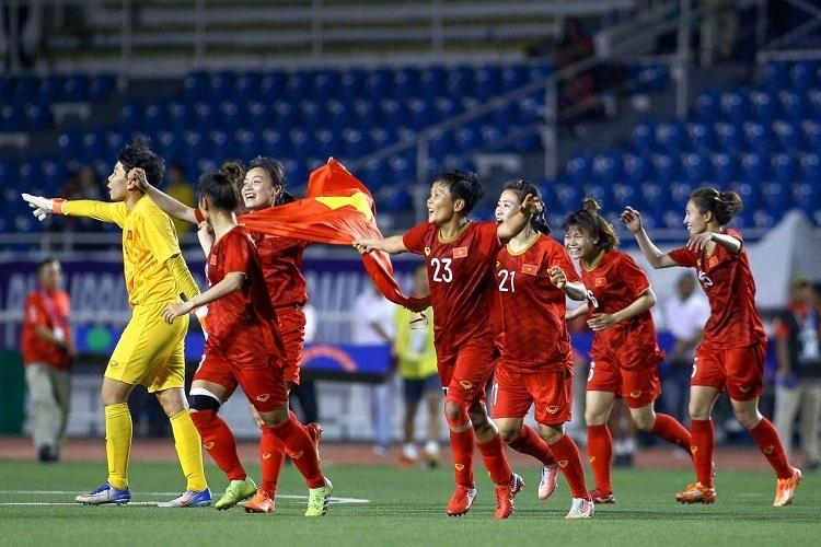 Các cầu thủ đội bóng đá nữ Việt Nam ăn mừng chiến thắng.
