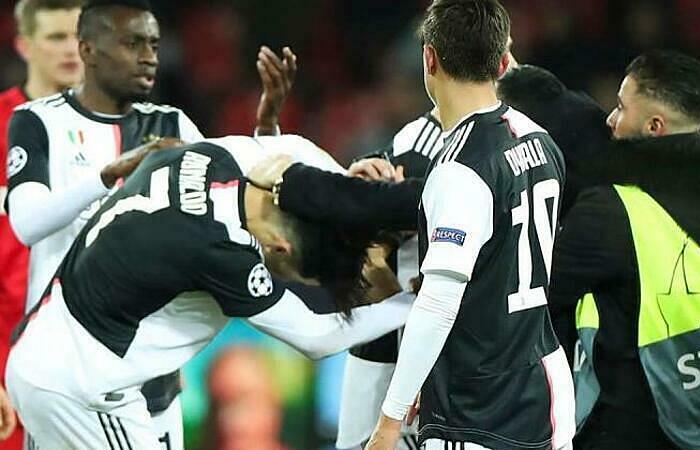 Ronaldo tức giận vì bị CĐV túm cổ - ảnh 1