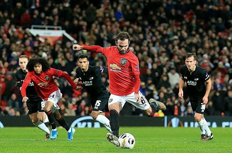 Bàn nâng tỷ số lên 3-0 của Mata. Ảnh: Reuters.