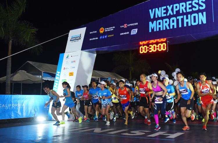 Vận động viên xuất phát tại giải chạy VnExpress Marathon Quy Nhơn 2019.