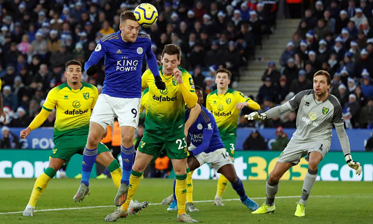 Vardy (số 9) đánh đầu khiến thủ môn Tim Krul đưa bóng về lưới nhà, gỡ hòa 1-1cho Leicester. Ảnh: Reuters.