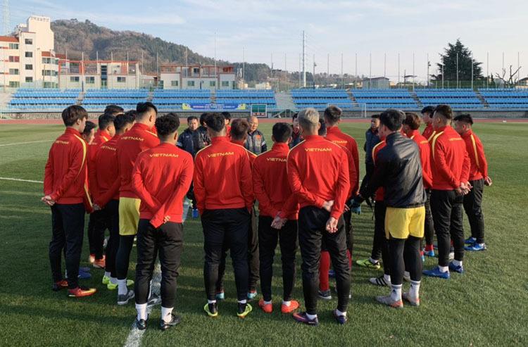 HLV Park Hang-seo trao đổi với các cầu thủ về kế hoạch tập luyện tại Hàn Quốc. Ảnh: VFF