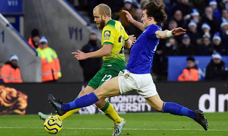 Pukki (áo vàng) mở tỷ số cho Norwich. Ảnh: Reuters.