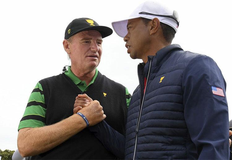 Đội trưởng tuyển Quốc tế Ernie Els chúc mừng Tiger Woods sau chiến thắng của tuyển Mỹ. Ảnh: AP.
