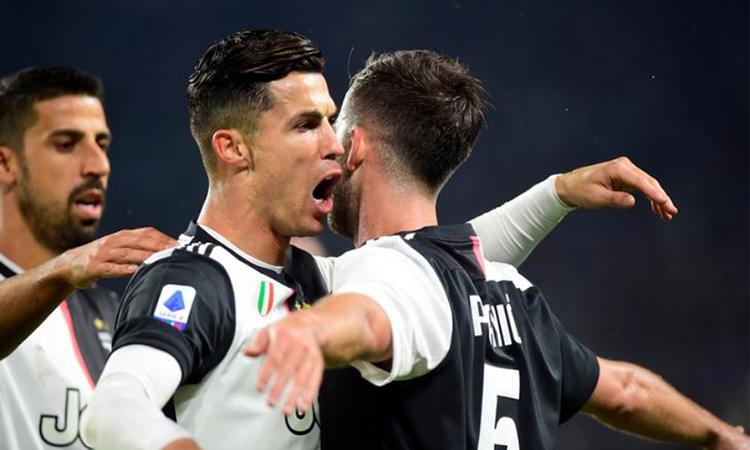 Ronaldo (trái) mừng bàn thắng cùng đồng đội. Ảnh: Reuters.