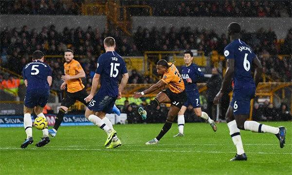 Adama Traore trong tình huống sút xa gỡ hoà 1-2 cho Wolves. Nhưng ngầy ấn là chưa đủ để Wolves có điểm.