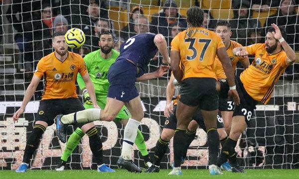 Cú đánh đầu ghi bàn quyết định của Jan Vertonghen ở phút bù giờ. Ảnh: Reuters.