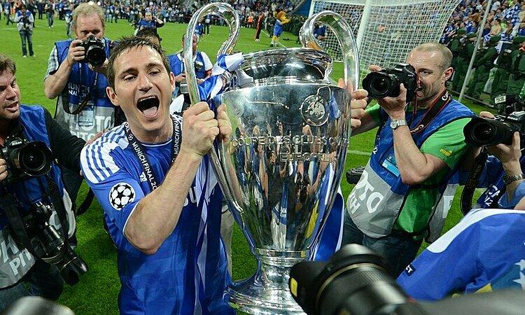 Lampard nâng Cúp Champions League 2012. Ảnh: Reuters.