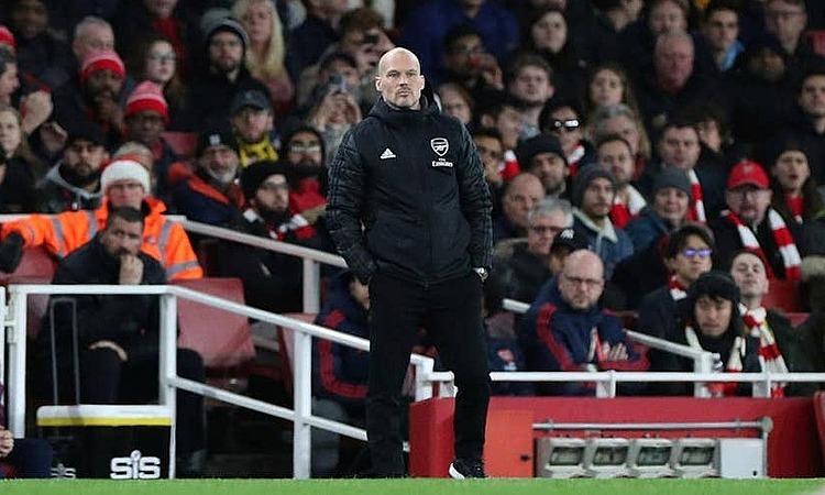 Ljungberg ngao ngán nhìn học trò lép vế trước Man City. Ảnh: Reuters.