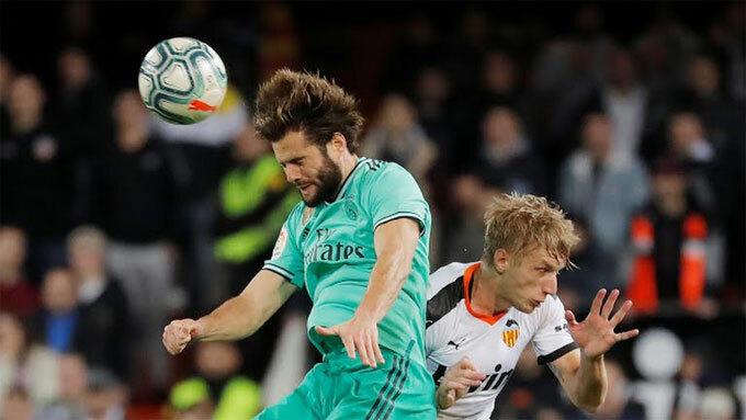 Real (áo xanh) không thể lấn lướt Valencia. Ảnh: Reuters