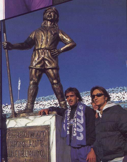 Danh thủ Argentina bên bức tượng đồng của chính anh tại sân Artemio Franchi.