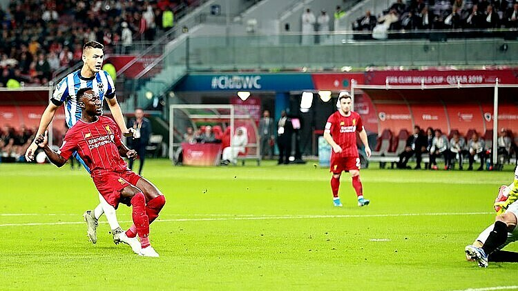 Keita (đỏ) mở tỷ số cho Liverpool. Ảnh: Reuters.