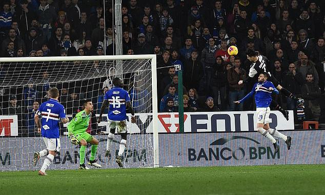 Ronaldo bật cao 2m56 - tức cao hơn 0,22 mét so với chiều cao phổ biến 2,44 mét của xà ngang khung thành, khi đánh đầu ghi bàn. Ảnh: PA.