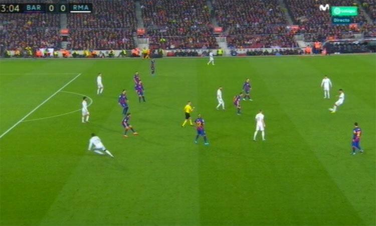 Mendy (di chuyển ở cánh trái) đứng dưới hàng thủ Barca.