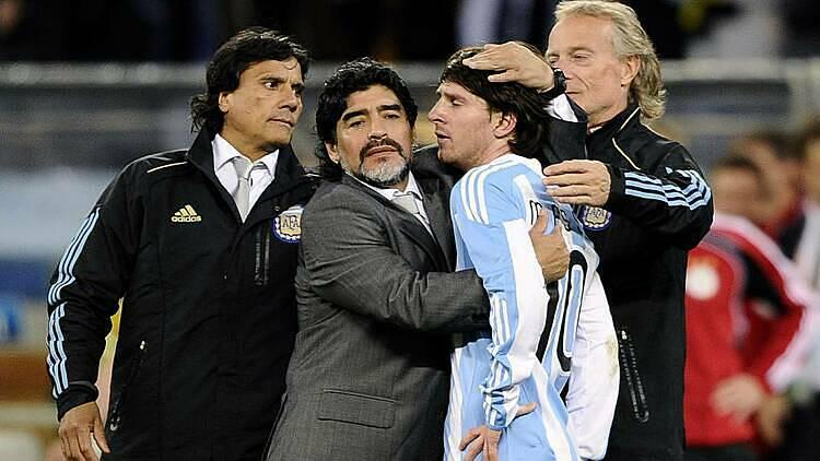 Maradona (thứ hai từ trái sang) an ủi Messi sau thất bại tại World Cup 2010. Ảnh: Reuters.