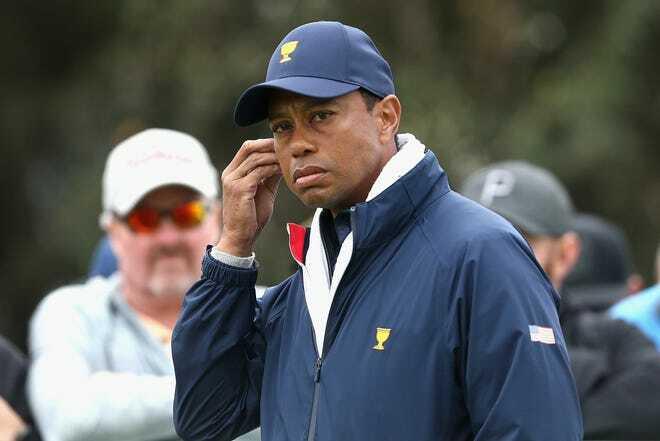 Tiger Woods đứng ngoài quan sát các đồng đội thi đấu ở ngày ba. Ảnh: EPA.