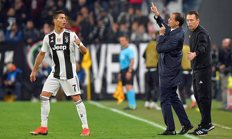 Allegri (phải) chỉ đạo cầu thủ ngoài đường pitse. Ảnh: Reuters.