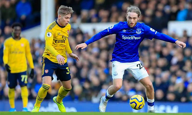 Arsenal và Everton không có cơ hội nào rõ rệt trong hiệp đầu. Ảnh: REX.