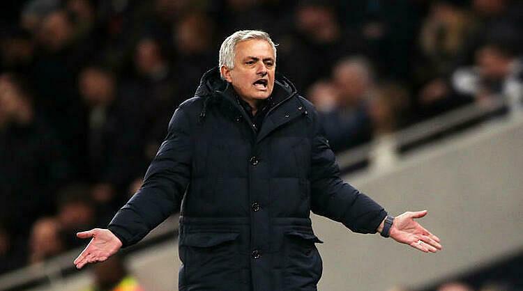 Mourinho bất bình khi trọng tài đuổi Son. Ảnh: FourFourTwo.