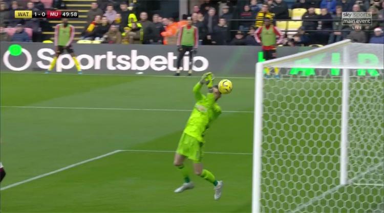 De Gea mắc lỗi để bóng chạm mặt đi vào lưới ở bàn thua đầu, ...