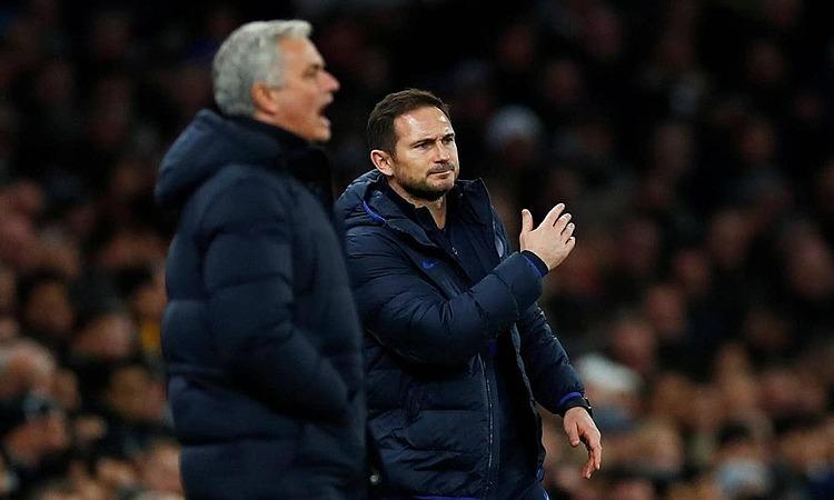 Mourinho (trái) ngụ ý ông không bị đánh bại bởi trò cũ Lampard. Ảnh: Reuters.