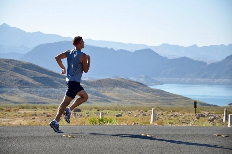Chạy buổi sáng giúp bạn rèn luyện sức mạnh tinh thần khi cố gắng vượt qua cơn buồn ngủ. Ảnh: Runners World.
