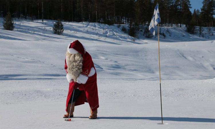 Một golf trong trang phục Ông già Noel chơi golf tại sân Santa Claus Golf Club. Ảnh: SCGC.