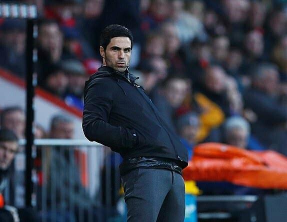 Arteta gần như luôn đứng khi chỉ đạo các cầu thủ Arsenal. Ảnh: Reuters.