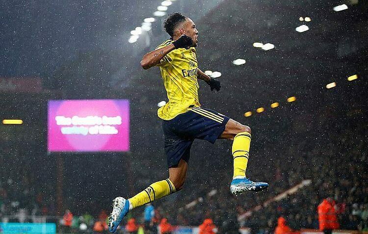 Aubameyang mừng bàn thắng thứ 14 của anh cho Arsenal mùa này. Ảnh: Reuters.