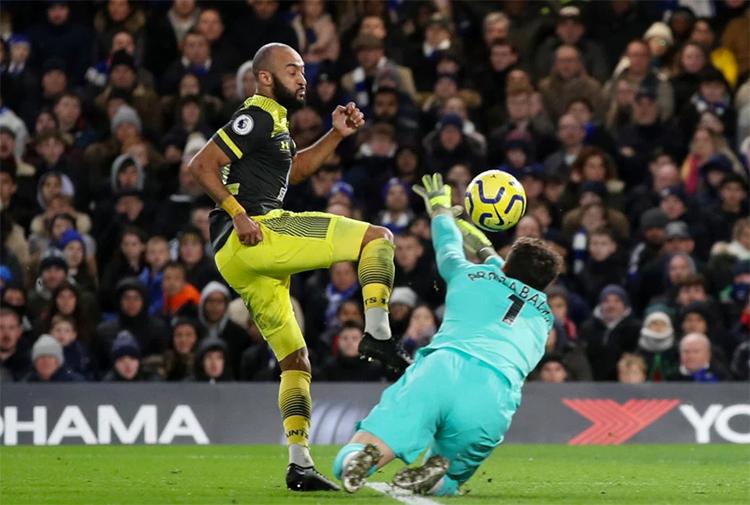 Redmond đánh bại Kepa trong pha ấn định thắng lợi 2-0 cho Southampton. Ảnh: Reuters.