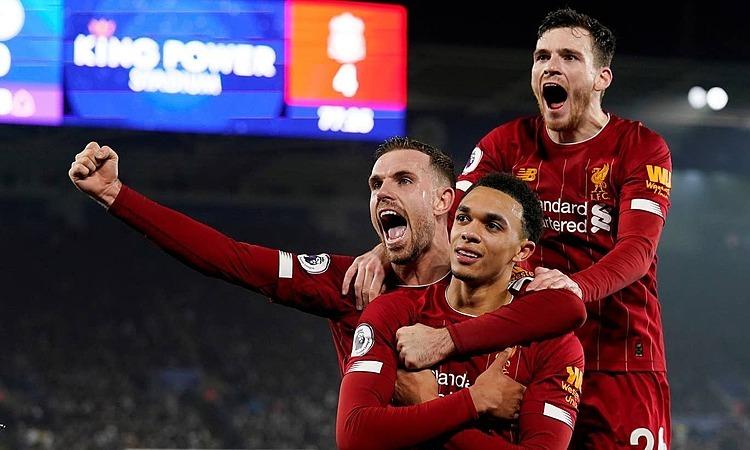 Alexander-Arnold (khoanh tay) mừng bàn thắng thứ hai mùa này. Ảnh: Reuters.