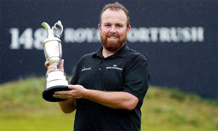 Lowry nâng cúp vô địch ở Royal Portrush hôm 21/7. Ảnh: Reuters.