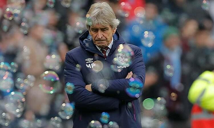 HLV Pellegrini mất việc chỉ ít phút sau trận thua Leicester. Ảnh: Guardian.