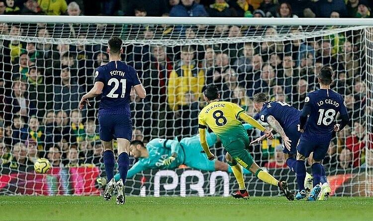 Vrancic (vàng) mở tỷ số cho Norwich. Ảnh: Reuters.