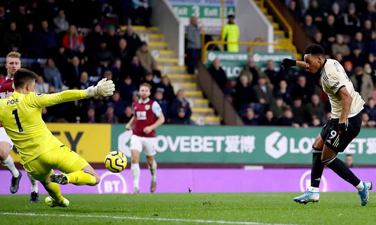 Cú sút chìm vào góc gần cuối hiệp một của Martial giúp Man Utd vượt lên dẫn Burnley. Ảnh: PA.