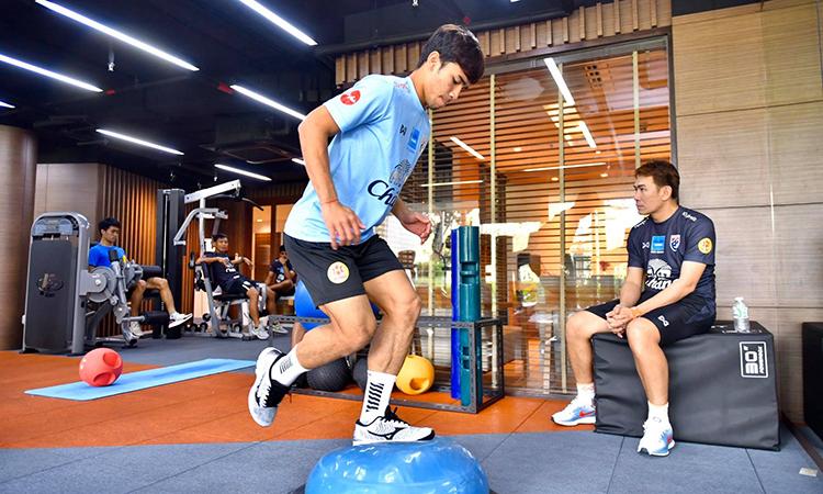 Supachok tập với bóng trong phòng gym. Ảnh: FAT.