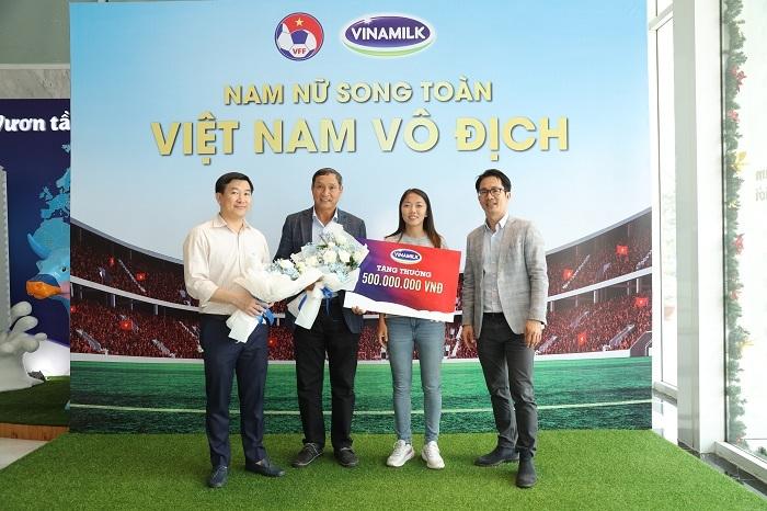 Vinamilk tặng một tỷ đồng cho đội U22 và tuyển bóng đá nữ - ảnh 2