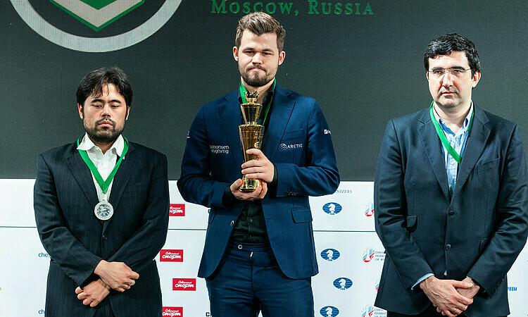 Carlsen (giữa) thể hiện phong độ hủy diệt năm 2019. Ảnh: Lennart Ootes.