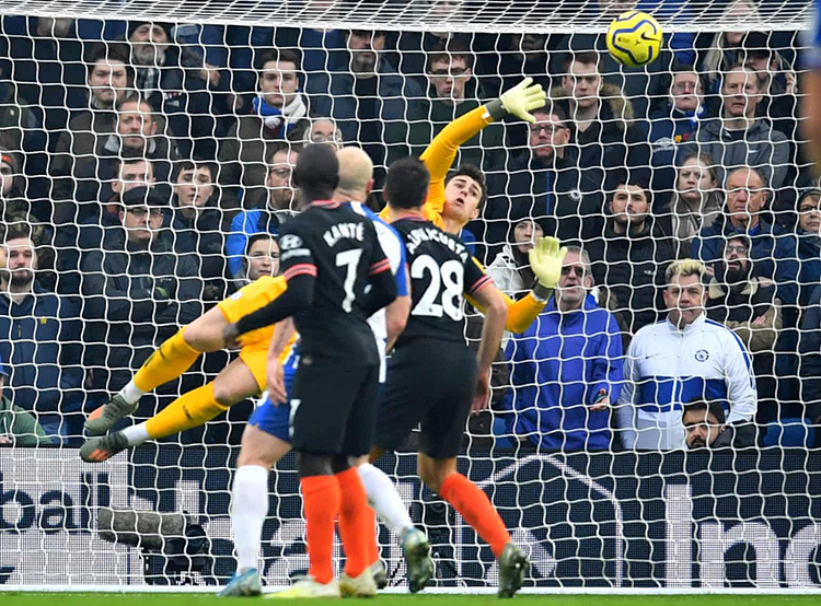 Thủ môn Kepa nhiều lần trổ tài cứu nguy cho Chelsea. Ảnh: Reuters.