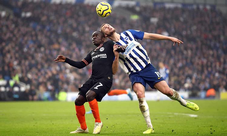 Kante (trái) tranh bóng với cầu thủ Brighton. Ảnh: Reuters.