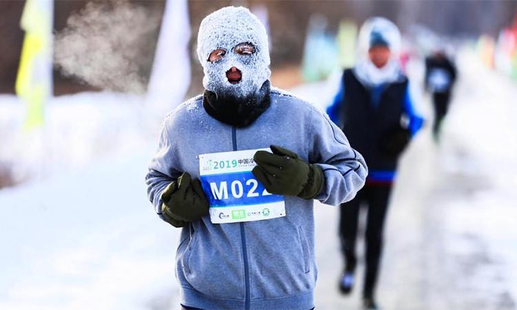 ... các runner sẽ phải chọn kiểu mũ trùm, chỉ hở hai mắt, mũi và miệng để sử dụng trên đường chạy. Ảnh: Chinanews.